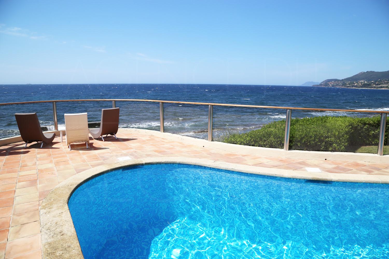 Propri t pieds dans l 39 eau carqueiranne sud piscine for Piscine carqueiranne