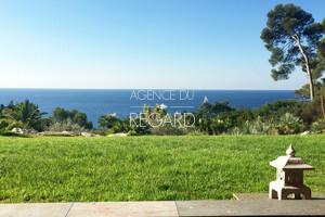 propri t pieds dans l 39 eau a vendre au pradet avec 2 5h de jardin paysag face la mer villa. Black Bedroom Furniture Sets. Home Design Ideas