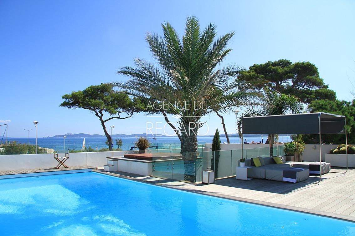 Hy res pieds dans l 39 eau plage var contemporaine designer luxe cote d 39 azur piscine - Piscine debordement mer toulon ...