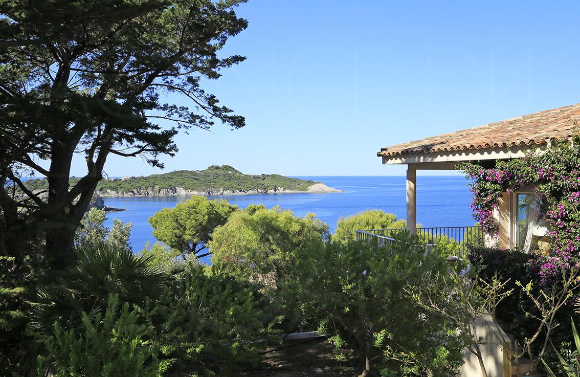 Villa a vendre giens propri t bord de mer avec vue for Piscine en limite propriete sur petit terrain