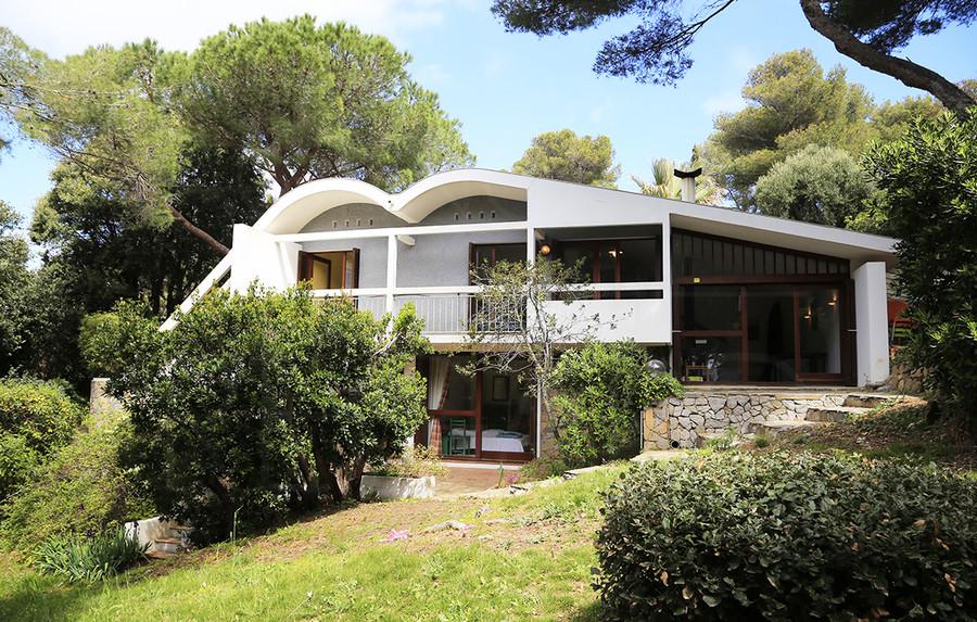 Maison a vendre giens bord de mer petite vue mer avec plage a pieds maison d 39 architecte - Petite maison a renover bord de mer ...