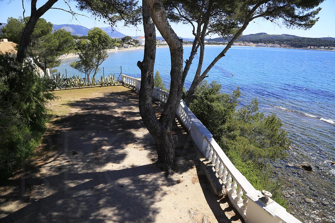 propri t pieds dans l 39 eau a vendre la seyne villa vue mer 3 chambres vue mer panoramique. Black Bedroom Furniture Sets. Home Design Ideas