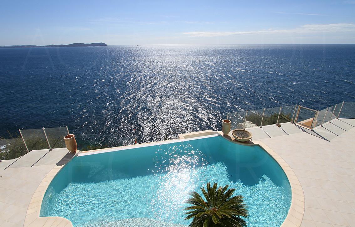 Villa maison contemporaine pieds dans l 39 eau vue mer piscine for Eau piscine
