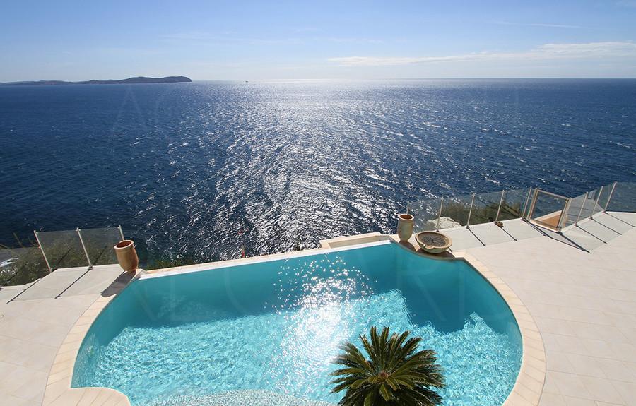Villa maison contemporaine pieds dans l 39 eau vue mer piscine for Piscine carqueiranne