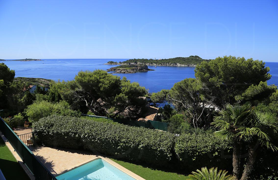 villa a vendre giens propri t bord de mer avec vue mer panoramique maison 100m de la mer. Black Bedroom Furniture Sets. Home Design Ideas
