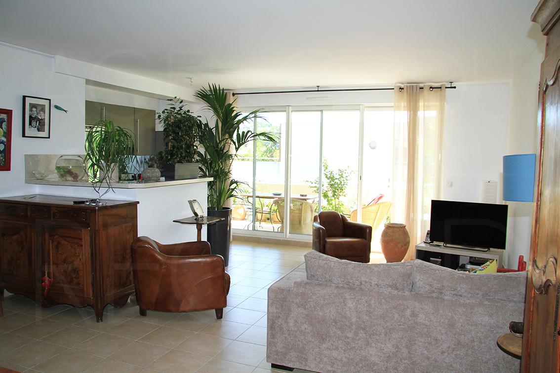 appartement a vendre var hyeres cote d 39 azur 3 chambres piscine. Black Bedroom Furniture Sets. Home Design Ideas